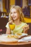 Jolies filles souriant en buvant du jus et Image libre de droits