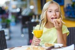 Jolies filles souriant en buvant du jus et Photo libre de droits