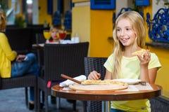 Jolies filles souriant en buvant du jus et Photos stock