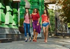 Jolies filles sur la rue de ville Photo stock