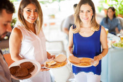 Jolies jeunes femmes à un barbecue Image stock