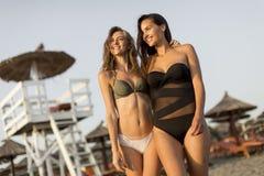 Jolies jeunes femmes détendant sur la plage Images libres de droits