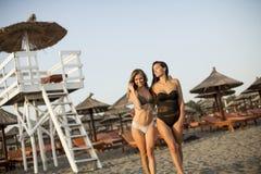 Jolies jeunes femmes détendant sur la plage Images stock