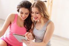 Jolies jeunes femmes employant la technologie pour l'amusement Photos libres de droits