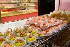 Jolies pâtisseries dans une boutique française photographie stock libre de droits