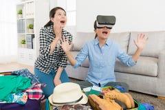 Jolies soeurs utilisant le dispositif de réalité virtuelle Images stock