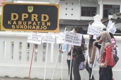 JOLIS ÉTUDIANTS DE MAQUILLAGE DE VILLAGE D'ACTION ET DE SEMBLER POUR L'INDONÉSIE 2014 Image libre de droits