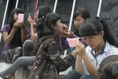 JOLIS ÉTUDIANTS DE MAQUILLAGE DE VILLAGE D'ACTION ET DE SEMBLER POUR L'INDONÉSIE 2014 Photographie stock libre de droits