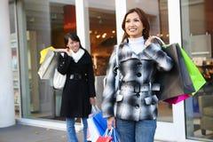 Jolis achats de femme avec les sacs colorés Photographie stock