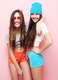 Jolis adolescentes ou amis de sourire heureux étreignant au-dessus du rose Photos libres de droits