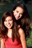 Jolis adolescents d'université appréciant la durée de campus Image libre de droits