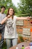 Jolis aimings de femme de fronde aux baloons aux concours vertical photos libres de droits