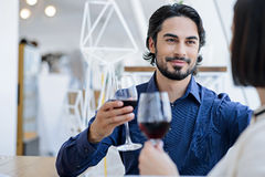 Jolis amants appréciant la boisson en café Photo libre de droits