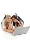 Jolis amie dans l'Internet sur l'ordinateur portable Photos stock