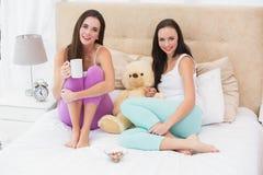 Jolis amis ayant le café sur le lit Photo libre de droits
