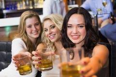 Jolis amis ayant une boisson ensemble Images stock