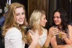 Jolis amis ayant une boisson ensemble Image stock