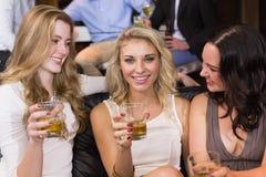 Jolis amis ayant une boisson ensemble Image libre de droits