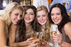Jolis amis ayant une boisson ensemble Photo stock