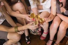 Jolis amis ayant une boisson ensemble Images libres de droits