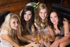 Jolis amis ayant une boisson ensemble Photos stock