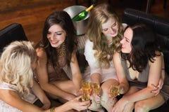 Jolis amis ayant une boisson ensemble Photo libre de droits