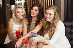 Jolis amis buvant des cocktails ensemble Image libre de droits