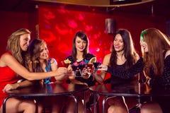Jolis amis buvant des cocktails ensemble Image stock