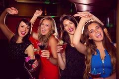 Jolis amis buvant des cocktails ensemble Images libres de droits