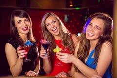 Jolis amis buvant des cocktails ensemble Photographie stock libre de droits