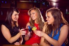 Jolis amis buvant des cocktails ensemble Photos libres de droits