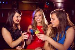 Jolis amis buvant des cocktails ensemble Photos stock