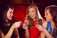 Jolis amis buvant des tirs ensemble Image libre de droits