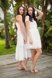 Jolis amis posant dans des robes blanches Image libre de droits
