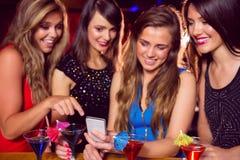 Jolis amis regardant le smartphone ensemble Image libre de droits