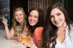 Jolis amis se réunissant pour une boisson Images stock
