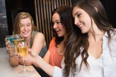 Jolis amis se réunissant pour une boisson Photographie stock