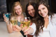 Jolis amis se réunissant pour une boisson Photographie stock libre de droits