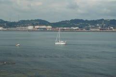 Jolis bateaux naviguant dans la baie vue du parc de Cimadevilla à Gijon Nature, voyage, vacances, villes images stock
