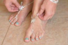 Jolis bijoux de pied à un mariage Photos stock