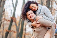 Jolis couples élégants au parc d'automne images libres de droits