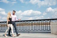 Jolis couples d'homme gai et de femme marchant dans la rue Image libre de droits