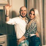 Jolis couples dans l'amour ayant l'amusement à une partie Image stock