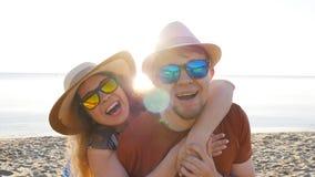 Jolis couples dans l'amour ayant l'amusement des vacances de plage ensemble banque de vidéos