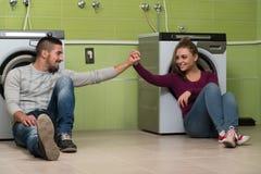 Jolis couples dans la buanderie Photos stock