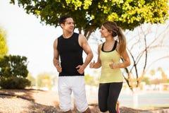 Jolis couples des coureurs à un parc Images libres de droits