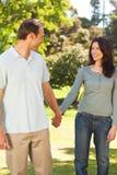 Jolis couples en stationnement images stock