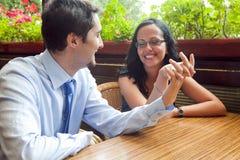 Jolis couples gais à la table de restaurant photographie stock