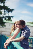 Jolis couples heureux Photos stock