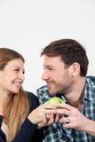 Jolis couples prenant un petit déjeuner Photographie stock